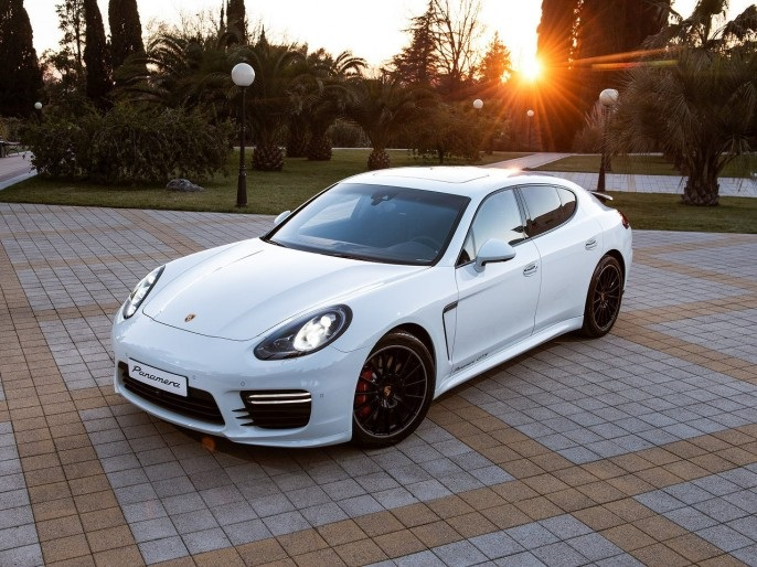 Porsche Panamera GTS на закате