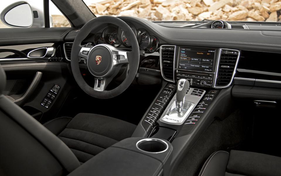 Темный салон Porsche Panamera GTS
